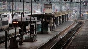Andenes desérticos en la estación de Lyón, en París.