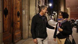Javier Bonomi, en Nou de Sant Francesc, junto a la sede de Fedelatina, con Mariela Peña, el pasado lunes.