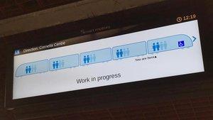 Una de las pantallas que indican la ocupación de los vagones en la estación de Hospital Clínic.