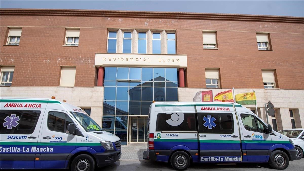Dos ambulancias llegan este jueves a la residencia deTomelloso (Toledo) donde han muerto 14 ancianos.