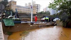 Actuación de los bomberos castellonenses en Oropesa, donde el agua ha causado inundaciones.
