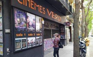 Carteles en el cine Verdi de Barcelona ya en pandemia de coronavirus.