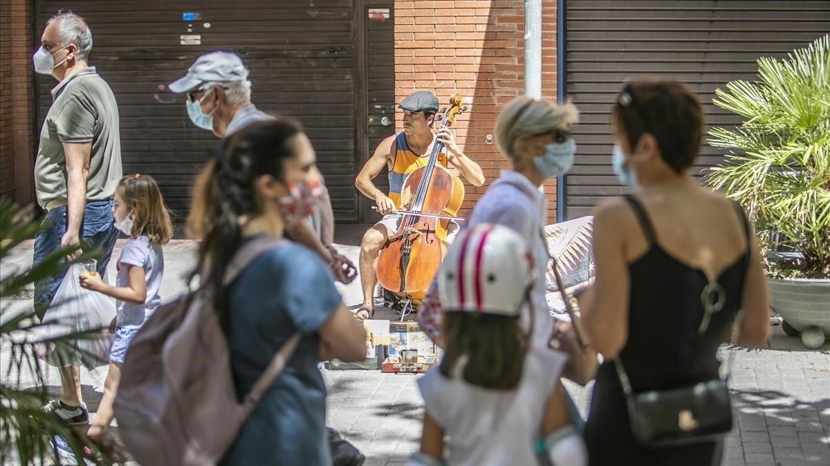 Un músico actuando en una calle de Esplugues de Llobregat.
