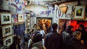 Este exbaño público es ahora un diminuto bar nocturno y escenario de 'djs' entre cuatro paredes grafiteadas.