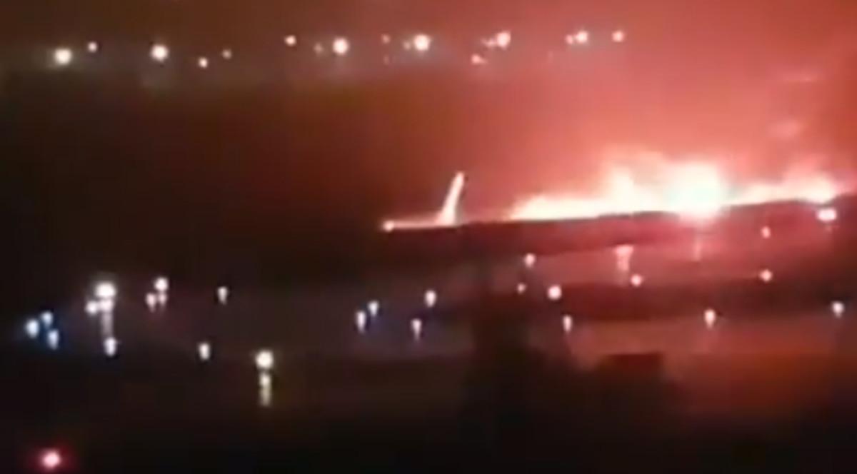 Imágenes del avión incendiado tras salirse de la pista en el aeropuerto de Sochi.