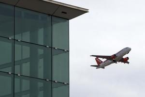 Un avió surt de laeroport del Prat, el desembre passat.