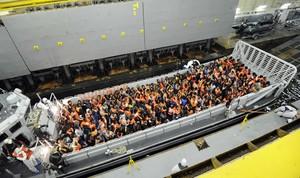Fotografia del rescat dels immigrants davant de les costes de Sicília, facilitada per la Marina italiana.