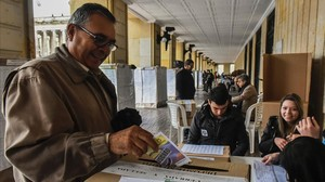 jsauri35758423 a colombian citizen casts his vote at a polling station in b161002213214