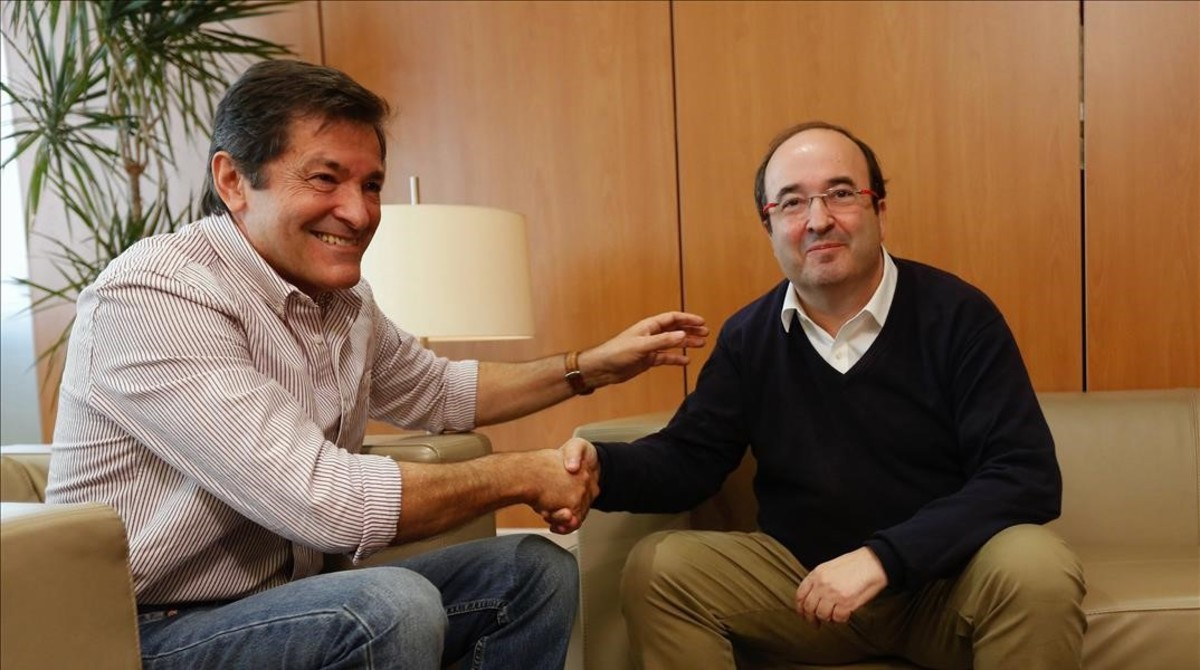 El presidente de la gestora, Javier Fernández, y el líder del PSC, Miquel Iceta, el pasado noviembre.
