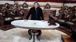 El comisario Carlos Zanón, este martes en la presentación de BCNegra, en una antigua aula de la Reial Acadèmia de Medicina de Catalunya, ante una mesa de autopsias.