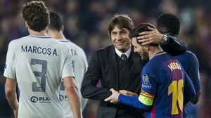Conte abraza a Messi al acabar el duelo del Camp Nou.