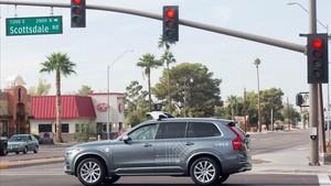 Un vehículo automático de Uber, en una intersección en Scottsdale (Arizona), el 1 de diciembre del 2017.