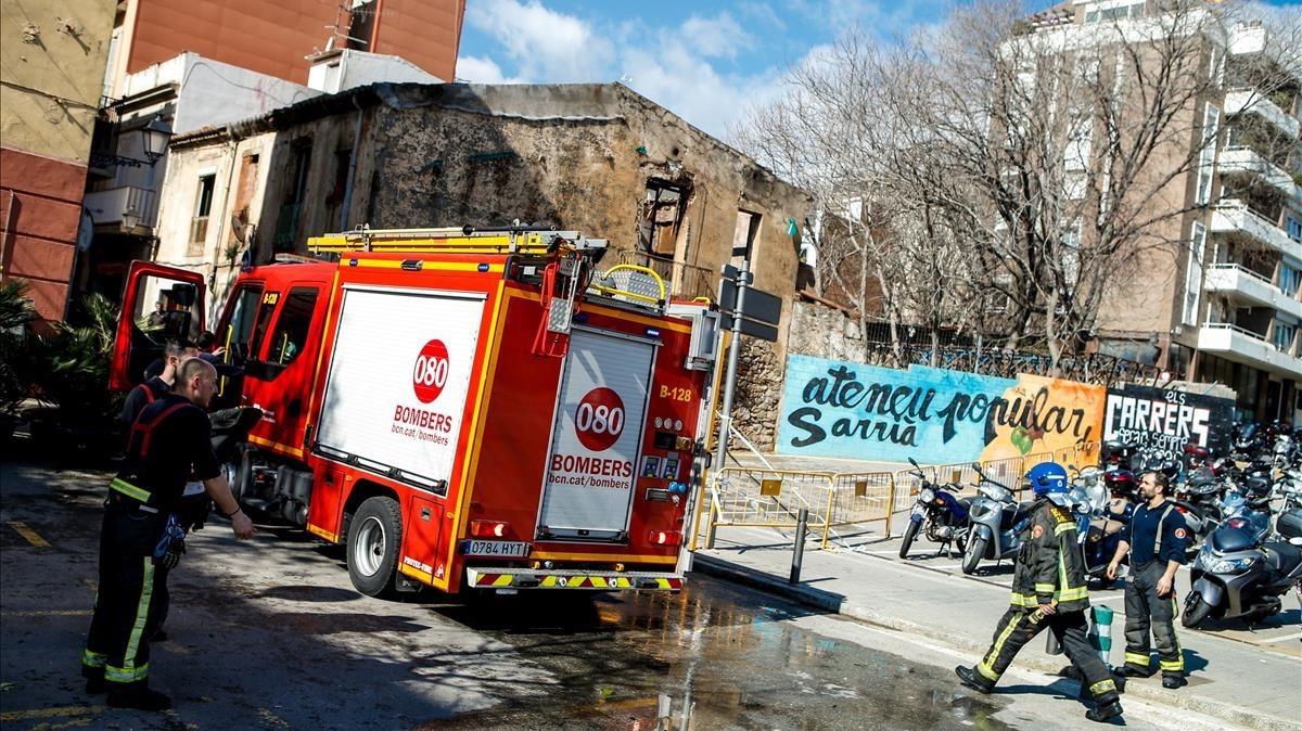 Un incendio calcina el Ateneu Popular de Sarrià y aparecen esvásticasomberos y guardia180329132450