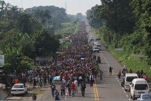 CIUDAD HIDALGOMEXICO- Migrantes hondurenos caminan hacia la ciudad de Tapachulatrayecto obligado rumbo a su objetivoEstados Unidos tras haber logrado instalarse en Ciudad Cuauhtemocen el estado de ChiapasMexicoluego de derribar la valla de acero de la linea fronteriza entre Guatemala y Mexico.EFE Maria de la Luz Ascencio