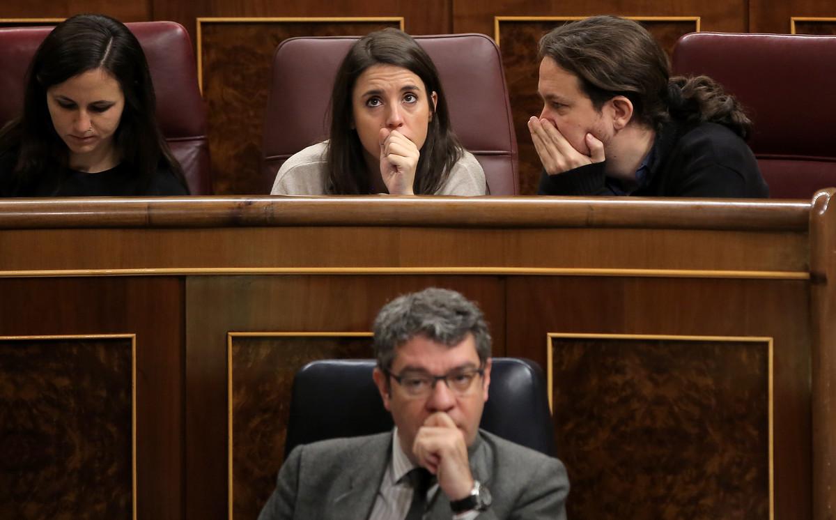 Pablo Iglesias e Irene Montero, de Unidos-Podemos, hablan en el Congreso de los Diputados.