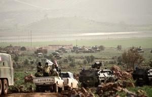 Blindados turcos se aproximan a la frontera de Siria, en la provincia de Hatay.