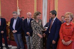 La 'consellera' Àngels Chacón felicita a Joan Canadell tras su nombramiento como nuevo presidente del Consell General de Cambres.