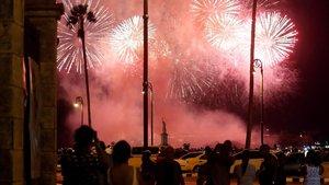 Varias personas observan este sabado el lanzamiento de los fuegos artificiales con motivo de la celebración de los 500 años de la fundacion de La Habana.