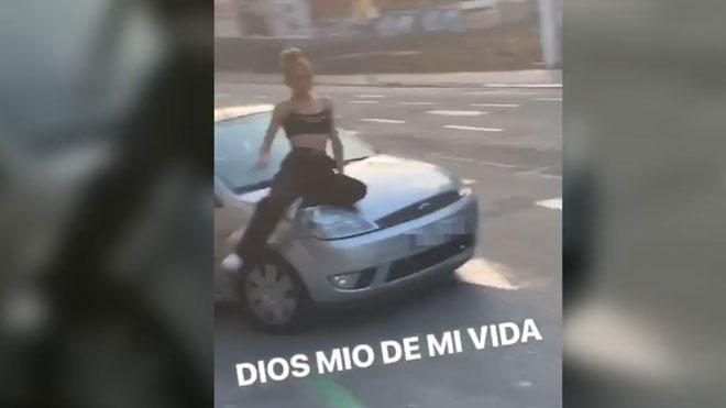 500 euros de multa por pasear a una mujer sobre el capó del coche en Poblenou.