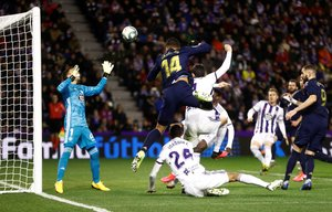 El madridista Casemiro (14) remata ante el Valladolid en una jugada que después fue anulado.
