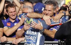 Jorge Lorenzo se despide, bajo el podio de Cheste, de su telemétrico Davide Marelli, a la derecha, el hombre de los datos.