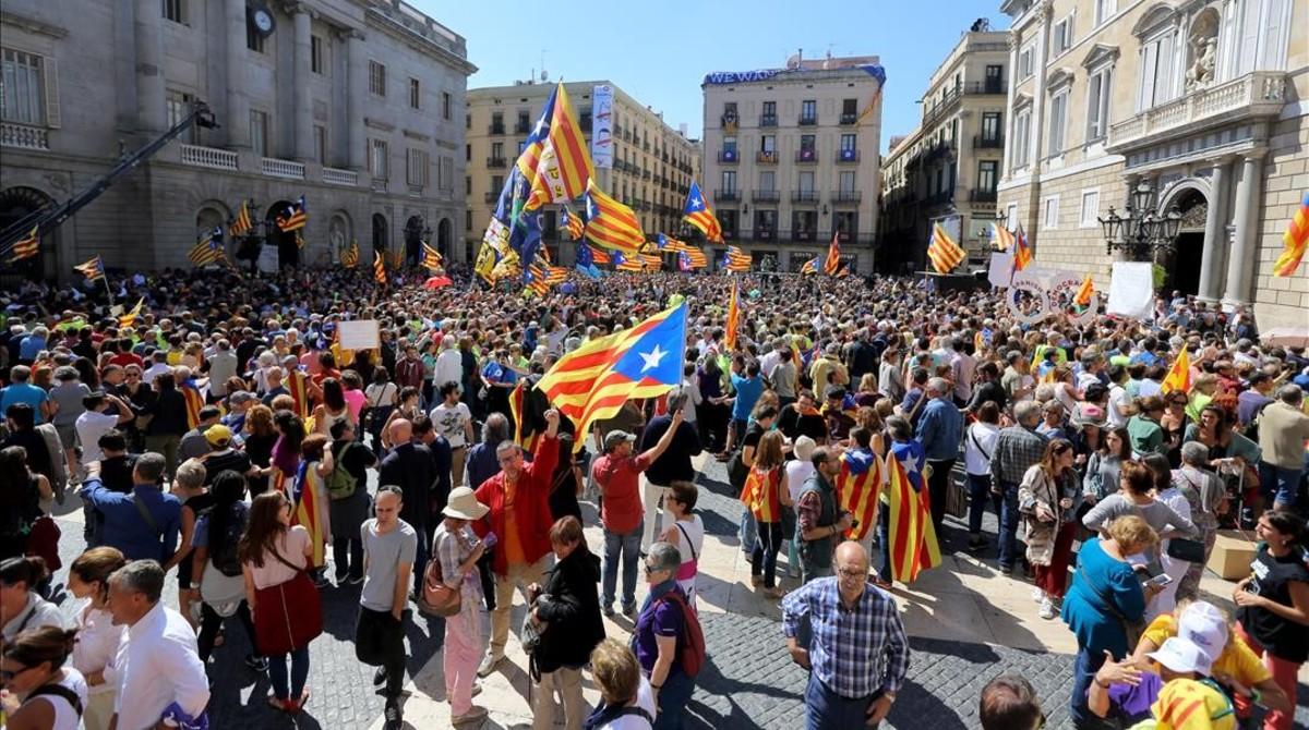 Acto de apoyo a los alcaldes investigados por el 1-O, este sábado en Barcelona.