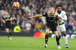 Van de Beek (i) pugna por un balón con Rose en el Tottenham-Ajax.