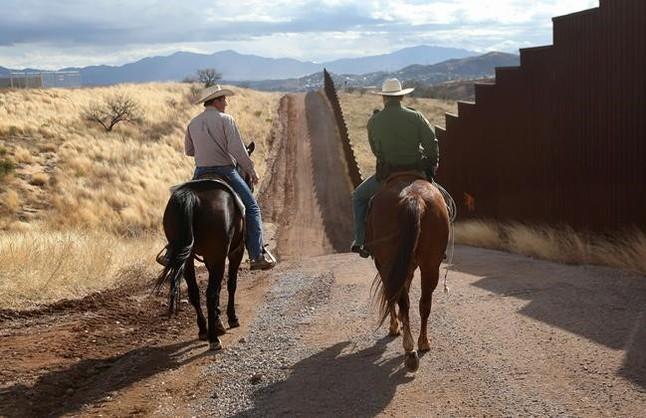 Agentes de la Patrulla de Fronteras de EEUU vigilan en la zona de Nogales (Arizona), junto a la frontera con México.