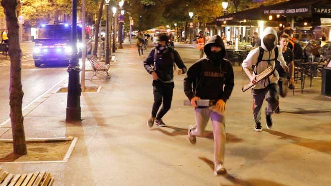 Agresión de ultras a un joven antifascista en Barcelona.