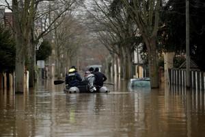 El agua del Senainunda las calles de la comuna de Villeneuve-Saint-Georges en el sureste de Paris, Francia.
