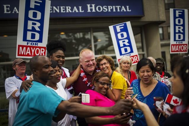 El alcalde de Toronto, Rob Ford, con ciudadanos en su primer acto público tras su tratamiento para salir de las drogas.