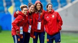 Las internacionales españolas Amanda Sampedro, Marta Torrejon, Lola Gallardoy Silvia Meseguer posan antes de un partido del Mundial de Francia.