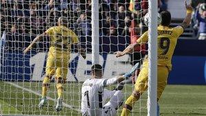 Arturo Vidal celebra su gol decisivo en Butarque para darle el triunfo al Barça (1-2).