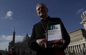 El arzobispo Leo Cushley sostiene un cartel de la futura Catholic App, en la plaza de San Pedro del Vaticano, el 22 de noviembre.