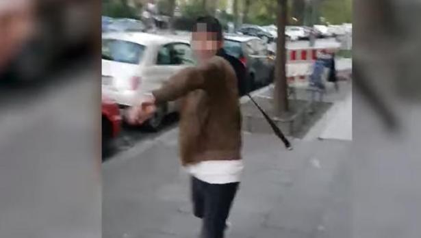 Momento en que un joven agrede con un cinturón a un chico israelí en Berlín.