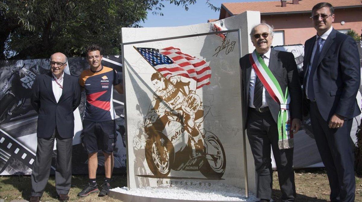 La autoridades del Mundial y de Rimini inauguraron, justo en el cruce donde se produjo el fatal accidente, un monumento en recuerdo del piloto norteamericano Nicky Hayden.