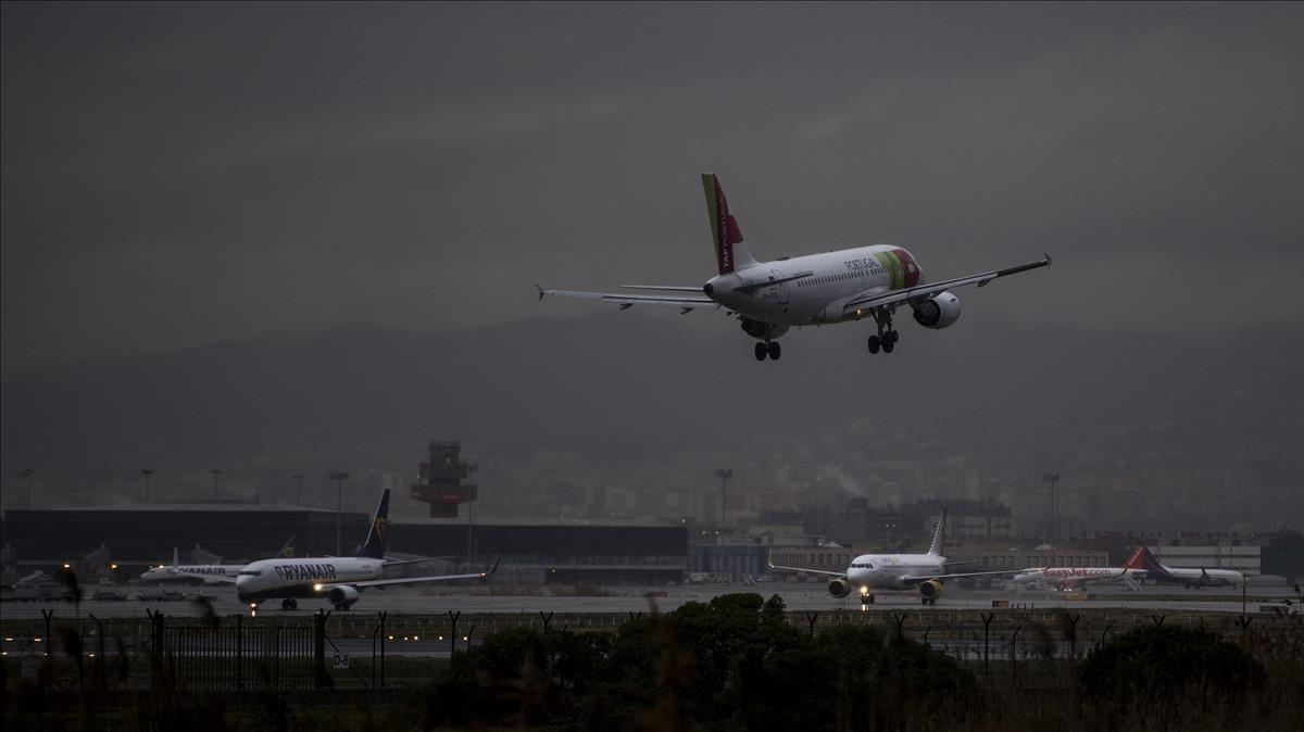 Un avion de la TAP portuguesaaterrizando en la terminal 1 del aeropuerto de El Prat.