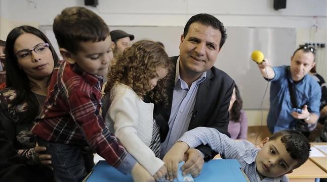 Ayman Odeh, líder de la Lista Árabe Conjunta, vota rodeado de sus hijos en Haifa, en el norte de Israel.
