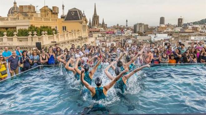 Baile enla piscina del hotel Ohla Barcelona.