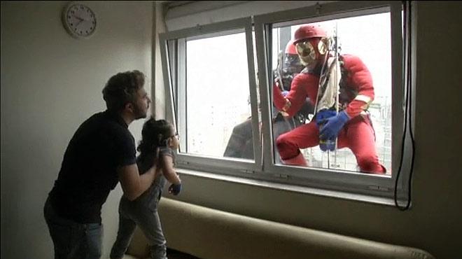 Batman y Flash visitan a los niños de un hospital de Brasil.