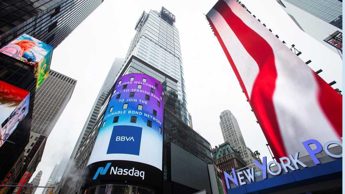 BBVA vende su negocio en Estados Unidos. por 9.700 millones de euros. Lo explica Carlos Torres, presidente de BBVA. En la foto, el logo del BBVA en el edificio del Nasdaq en Nueva York.