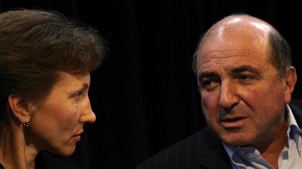 Berezovsky (derecha) junto a la mujer del exespía envenenado Alexander Litvinenko, en Londres, el 3 de abril del 2007.