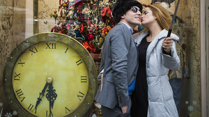 Una pareja se fotografía ante un escaparate navideño en el centro de Florencia (Italia), en el 2015.