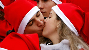 Horario de invierno: Dos jóvenes, vestidos de Santa Claus en el 2008