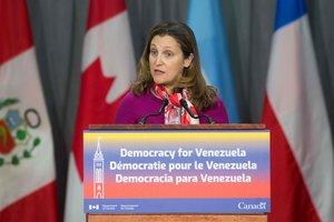 La ministra canadiense de Exteriores, Chrystia Freeland, anuncia la situación se embajada en Venezuela.