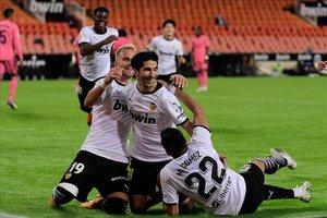 Carlos Soler celebra uno de los tres tantos de penalti