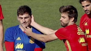 Casillas y Piqué durante el entrenamiento de la selección española en Saint Martín de Ré.
