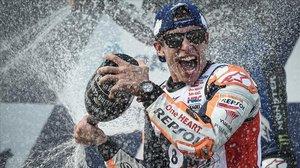 El catalán Marc Márquez (Honda) celebra, en el podio de Buriram, su octavo título.