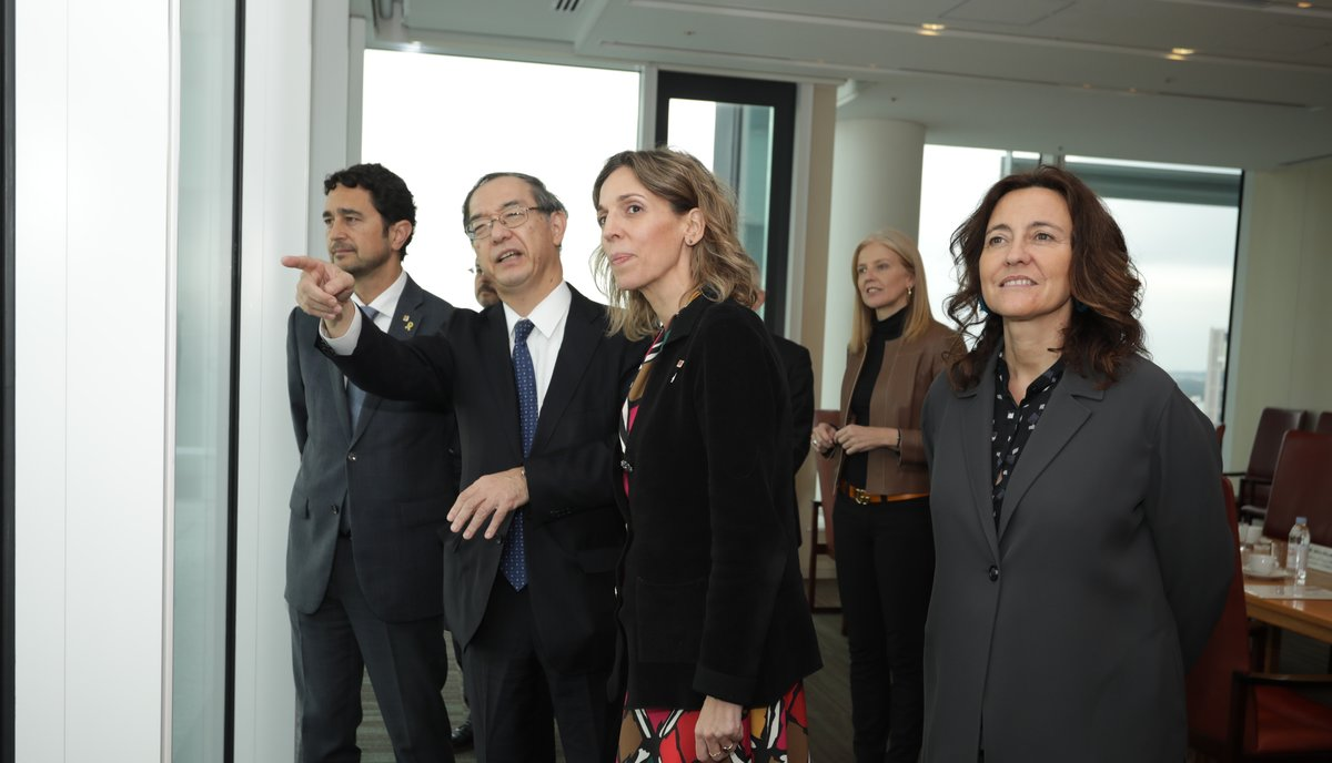 La 'consellera' de Empresa, Àngels Chacón, junto a un directivode Nissan durante un viaje a Japón.