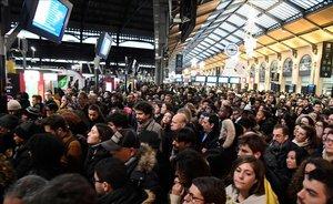 Cientos de personas abarrotan la estación de tren de Saint-Lazare, en París, en una nueva jornada de huelga de los transportes.